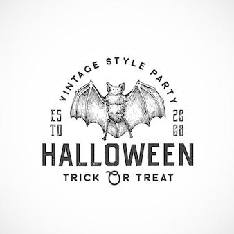 Fiesta de estilo vintage logotipo de halloween o plantilla de etiqueta. dibujado a mano símbolo de dibujo de murciélago malvado y tipografía retro.