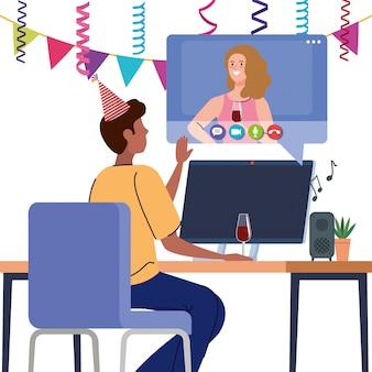 Fiesta en línea, reunirse con amigos, la pareja tiene una fiesta en línea juntos en cuarentena, video conferencia, fiesta en línea con cámara web