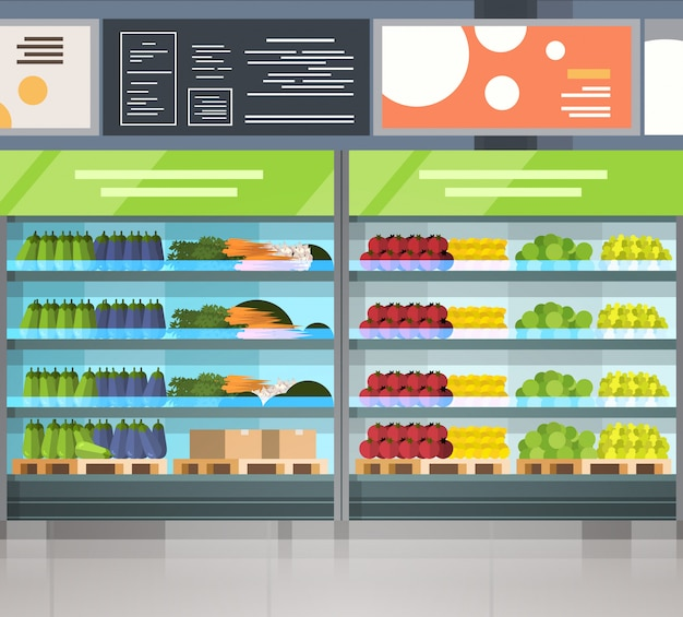 Fila interior del supermercado moderno del supermercado con los productos frescos en estantes