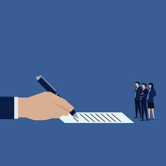 La firma de la mano mirando por el equipo de negocios.