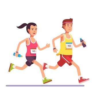 Fit pareja corriendo un maratón juntos