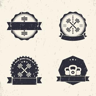 Fitness, gimnasio grunge logos, insignias, signos con pesas cruzadas, ilustración