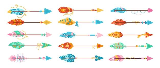 Flecha de boho con conjunto de dibujos animados de plumas. plumas de aves étnicas coloridas, punta de flecha dibujada a mano