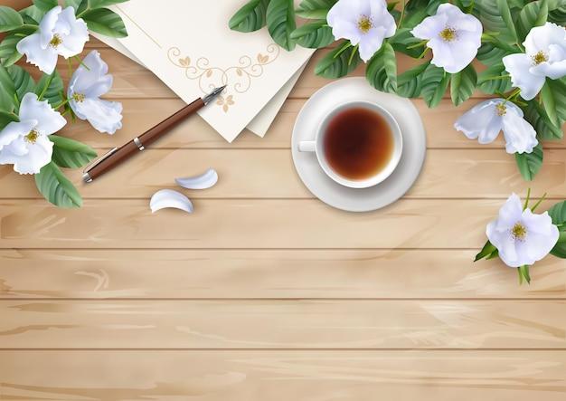 Flores blancas en la mesa de madera, endecha plana