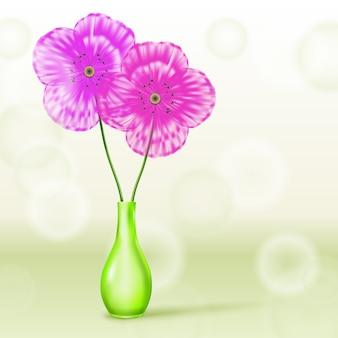 Flores rosadas y púrpuras en florero verde sobre fondo de primavera