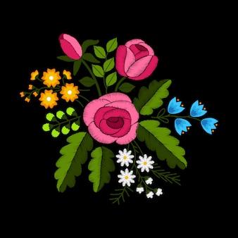 Flores silvestres y rosas bordado sobre fondo negro.