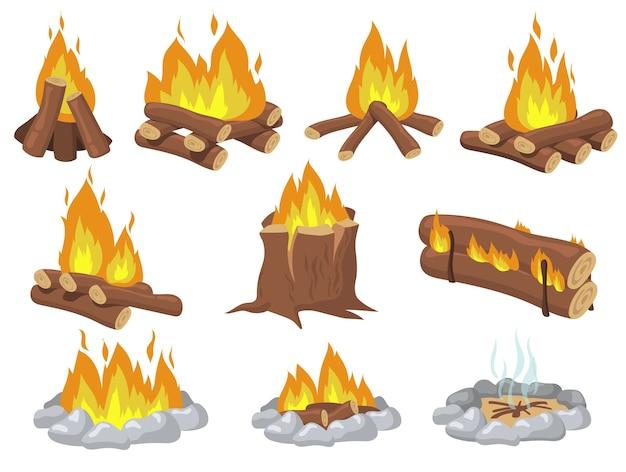 Fogata de madera brillante y juego de elementos planos de hoguera. fuego de dibujos animados para acampar colección de ilustraciones vectoriales aisladas. concepto de viaje y aventura