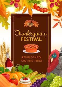 Folleto del festival de acción de gracias con pastel de calabaza, espigas, botella de vino y cosecha de manzana, tomate y arándano. maíz, uvas y pavo, arce otoñal, serbal y hojas de roble, bellota o serba