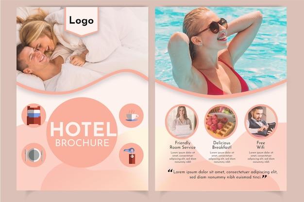 Folleto de información profesional del hotel con foto.