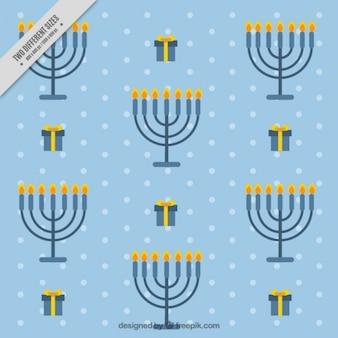 Fondo azul de hanukkah con candelabros y regalos