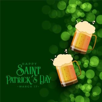 Fondo del bokeh del verde del día de st patrick con las tazas de cerveza