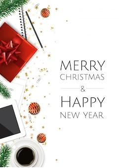 Fondo con caja de regalo de navidad, taza de café en la mesa