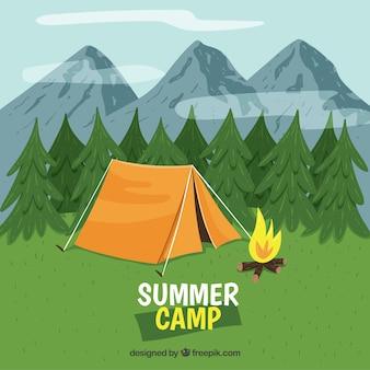 Fondo de campamento de verano enfrente de montañas