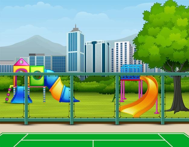 Fondo de campo deportivo con parque infantil en la ciudad