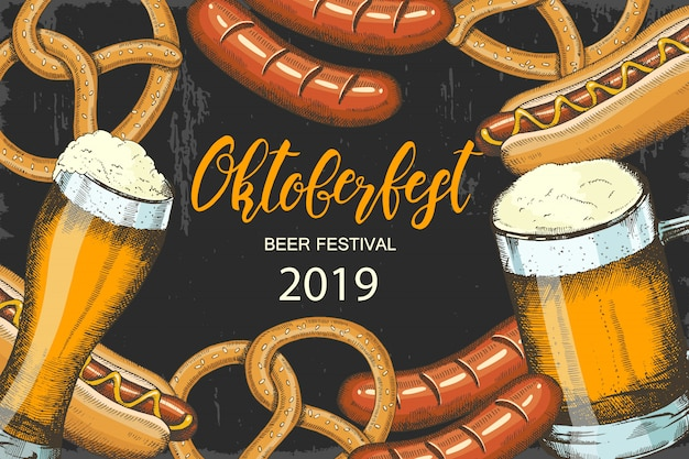 Fondo de celebración oktoberfest con cerveza dibujada a mano, pretzel, salchichas y hot dog.