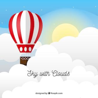 Fondo de cielo nuboso con globos coloridos volando