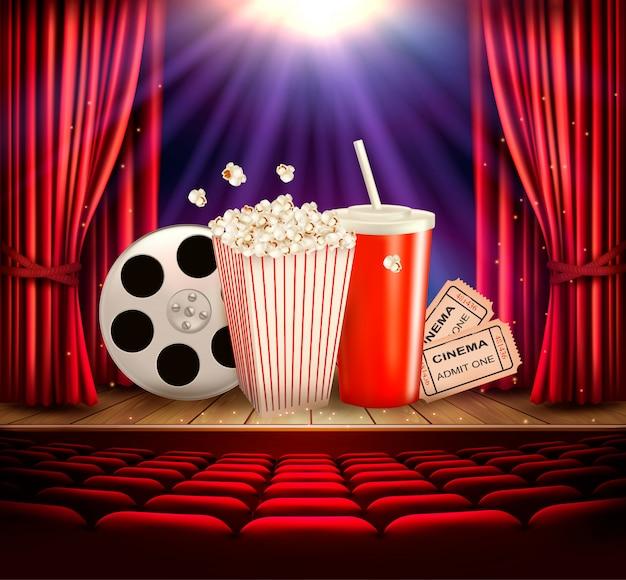 Fondo de cine con un rollo de película, palomitas de maíz, bebida y entradas. .