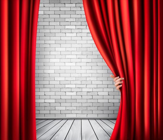 Fondo con cortina de terciopelo rojo y mano.