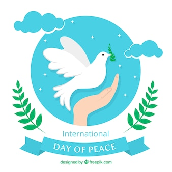 Fondo de mano con paloma de la paz en el cielo