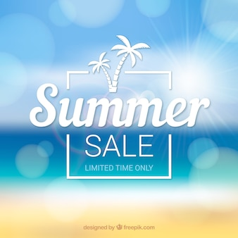 Fondo de venta de verano con playa desenfocada
