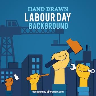 Fondo del día del trabajo de manos levantadas con herramientas