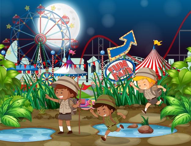 Fondo de escena con niños en el parque de atracciones en la noche