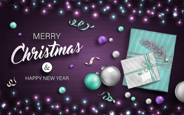 Fondo feliz navidad con adornos, cajas de regalo, guirnaldas y serpentinas
