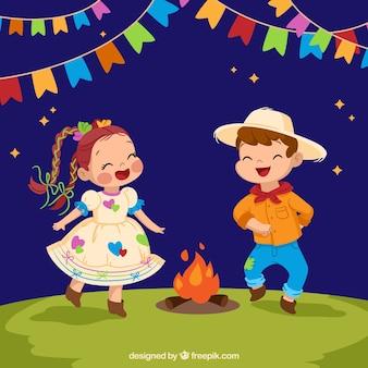 Fondo de festa junina con niños bailando alrededor de la hoguera