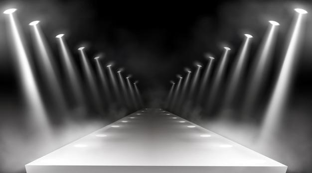 Fondo de focos, luces de escenario brillantes, vigas blancas para premio de alfombra roja o concierto de gala. manera iluminada vacía para la presentación, pista de aterrizaje con rayos de lámpara con humo para mostrar, vector 3d realista