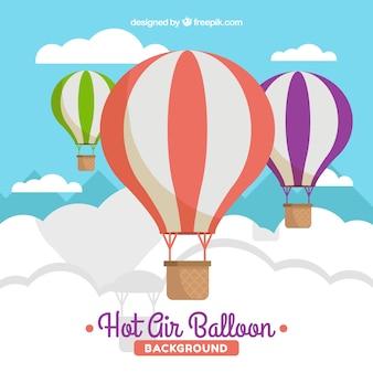 Fondo de globos de aire caliente en el cielo con nubes