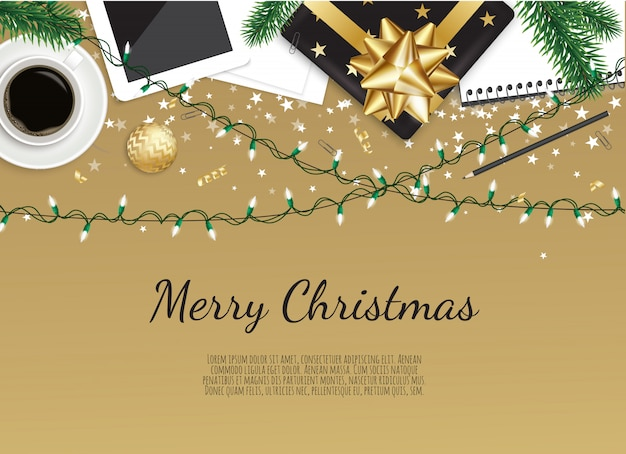 Fondo del lugar de trabajo con caja de regalo de navidad, taza de café en la mesa de madera marrón