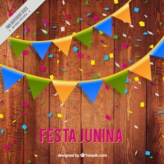 Fondo de madera de fiesta junina con guirnaldas y confeti