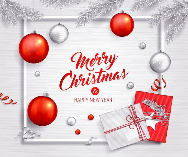 Fondo de navidad bolas rojas y plateadas, regalos, ramas de árboles de navidad y cintas. tarjeta de felicitación de vacaciones