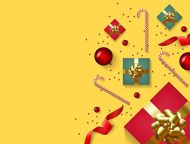 Fondo de navidad con caja de regalo realista, confeti de oro brillo, decoración de bola roja y dulces.