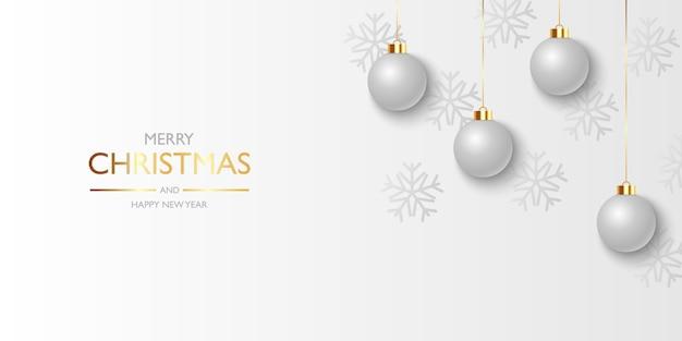 Fondo de navidad con copos de nieve y bolas de navidad plateadas colgantes
