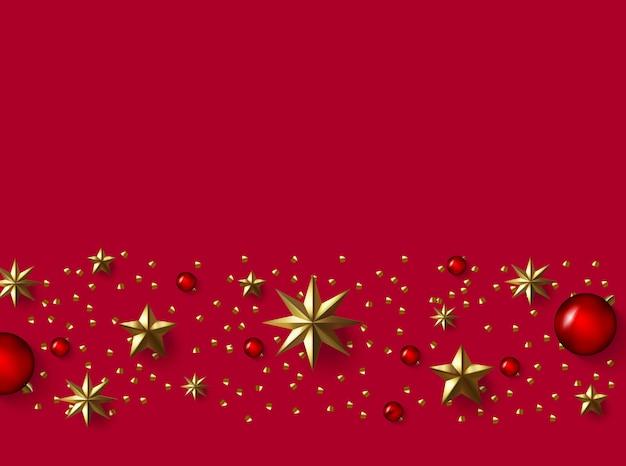 Fondo de navidad con estrellas de papel de aluminio realistas, confeti de oro brillo y decoración de bolas rojas.