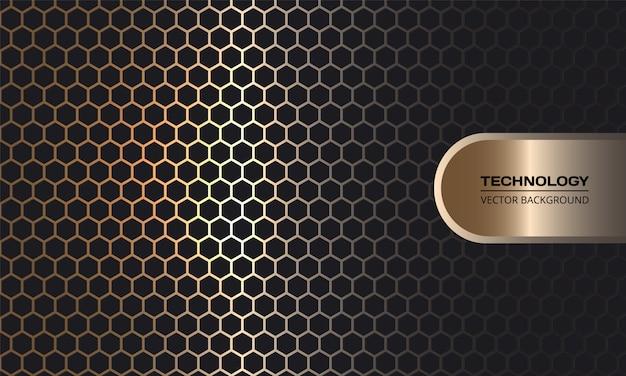 Fondo oscuro de fibra de carbono hexagonal dorado con líneas doradas luminosas y reflejos.