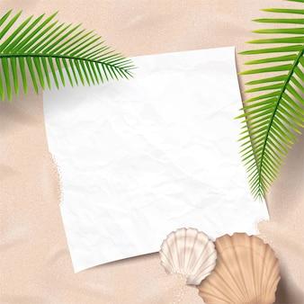 Fondo de playa de verano con paz de papel tirado en la arena