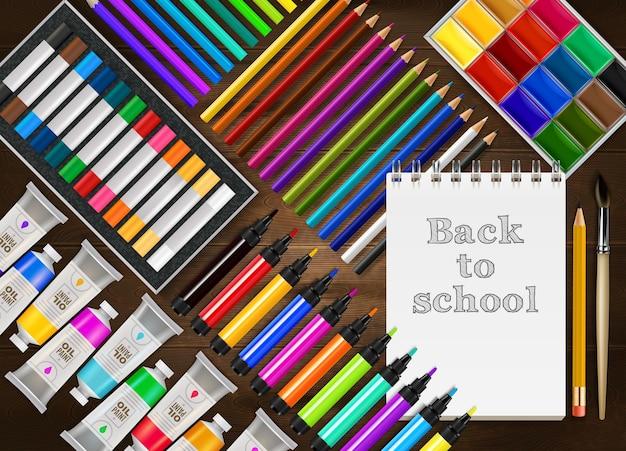 Fondo realista de regreso a la escuela con lápices de colores, marcadores, crayones, pinturas, pincel de bloc de notas en la mesa de madera
