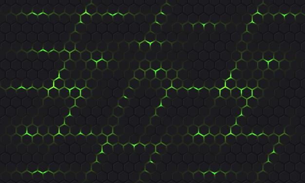 Fondo de vector hexagonal de tecnología gris y verde oscuro con destellos de energía verde brillante bajo la rejilla de textura de panal.