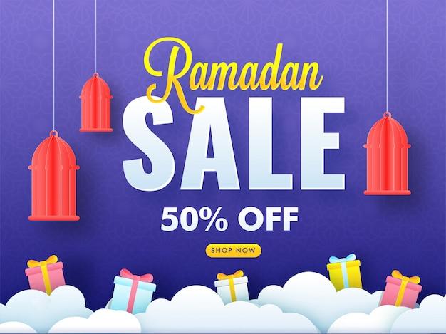Fondo de venta de ramadán con linternas de papel colgantes, cajas de regalo y nubes sobre fondo púrpura.