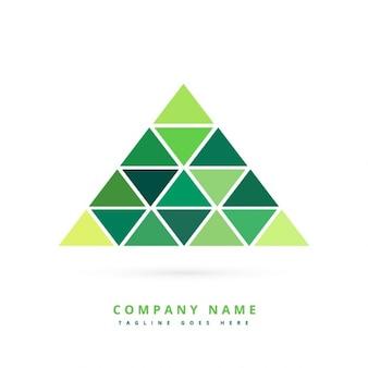 Formas triangulares verdes formando pirámide