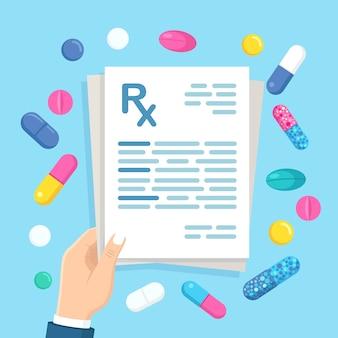 Formulario de prescripción de rx en la mano del médico. documento clínico y pastillas, tabletas.