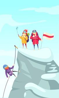 Foto de dibujos animados de alpinismo con alpinistas que ascienden el pico de roca y hacen selfie en la cima