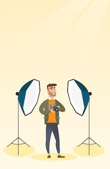 Fotógrafo con una cámara en un estudio fotográfico.