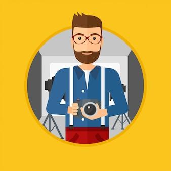 Fotógrafo con cámara en estudio fotográfico.