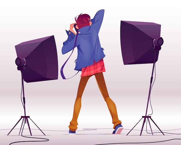 Fotógrafo con cámara toma fotos en vista trasera de estudio, sesión de fotos con backstage y equipo de iluminación profesional