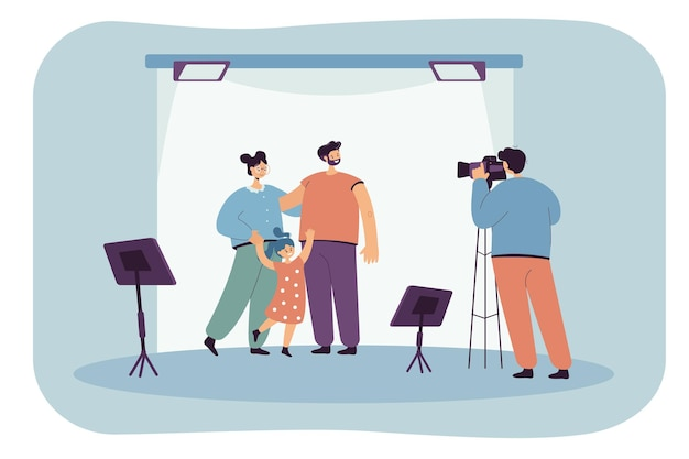 Fotógrafo de dibujos animados tomando fotos de padres e hijos en estudio