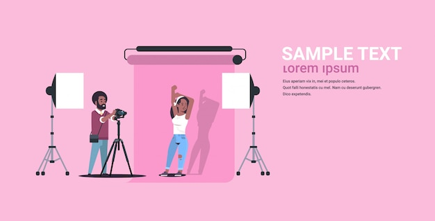 Fotógrafo profesional con cámara hombre disparando hermosa mujer sexy modelo posando moderno estudio fotográfico horizontal de longitud completa copia espacio