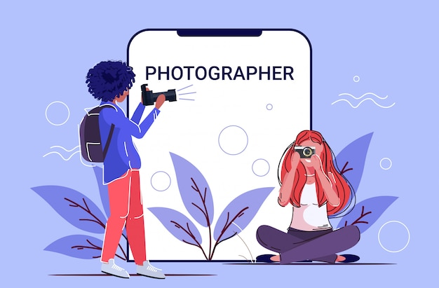 Fotógrafos profesionales que toman fotos niñas de raza de mezcla fotográfica disparando con cámara digital dslr pantalla del teléfono inteligente aplicación móvil en línea boceto completo